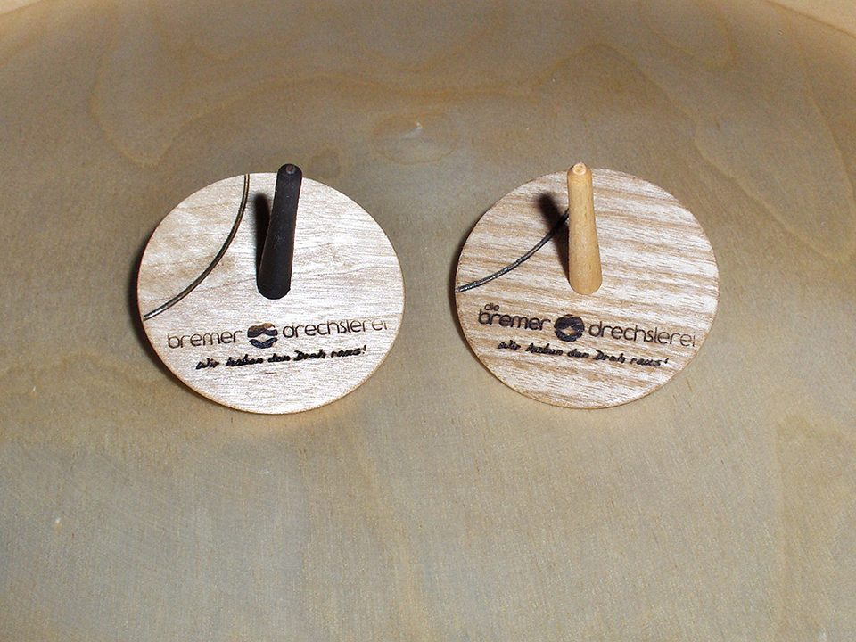 Gedrechselte Kreisel aus Massivholz