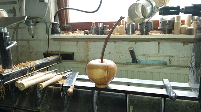 Deko-Kirsche aus Kirschbaum mit Stil aus Ovengkol