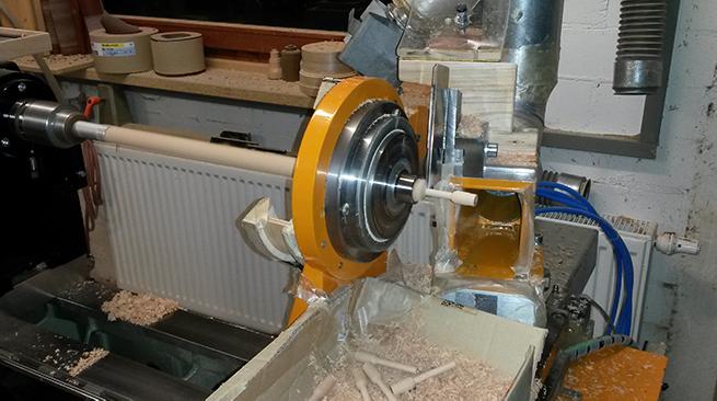 CNC-Drechselbank bei der Bearbeitung von Seriendrehteilen