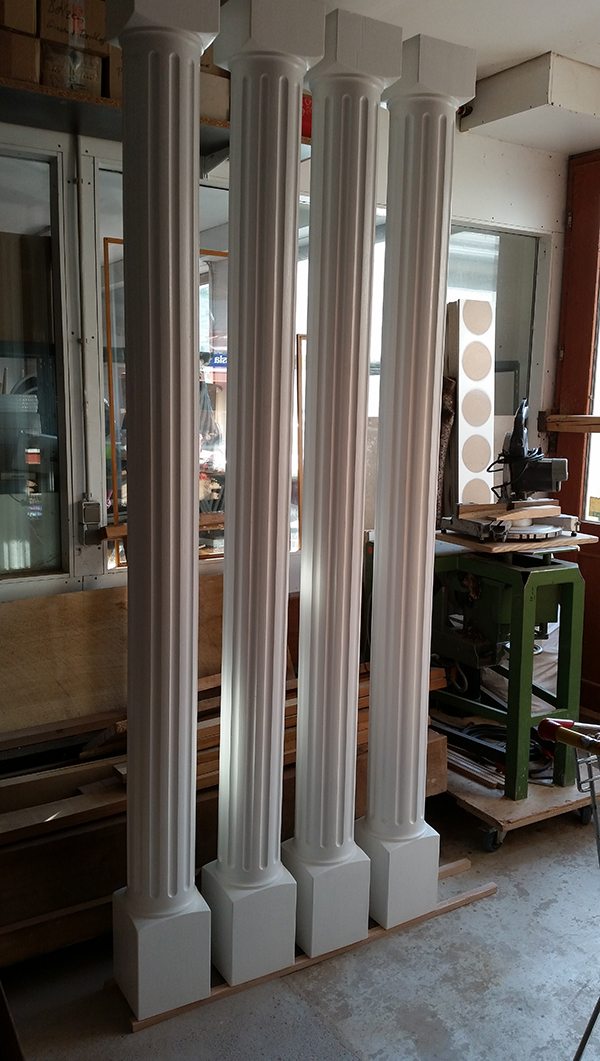 Kannelierte Säulen weiß lackiert für Vordachabstützung