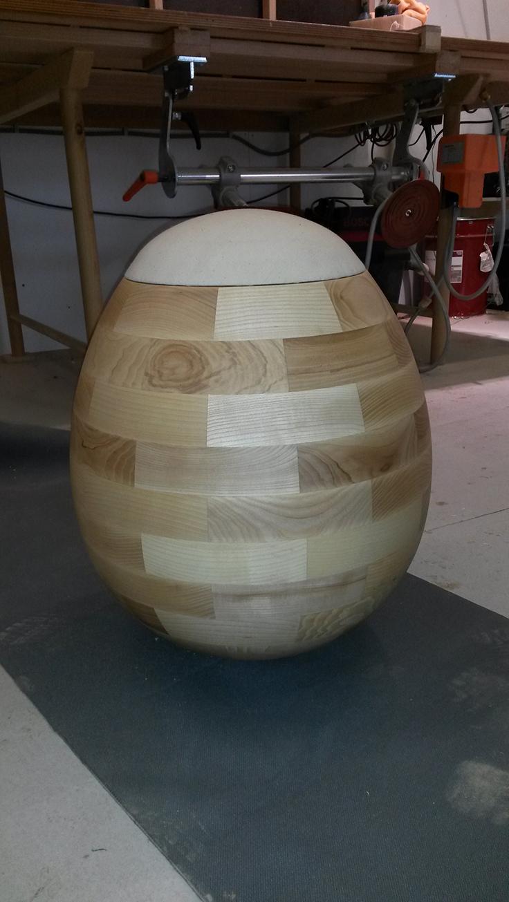 Sitz-Ei, fertig lackiert mit Sitzbezug (Kundenauftrag kun-st Produktdesing)