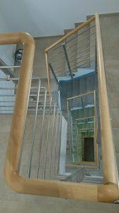 Treppenhaus mit Holzhandlauf