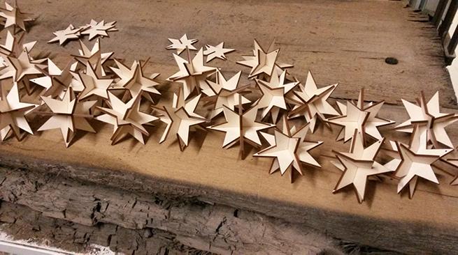 Weihnachtssterne ausgelasert aus Pappelsperrholz
